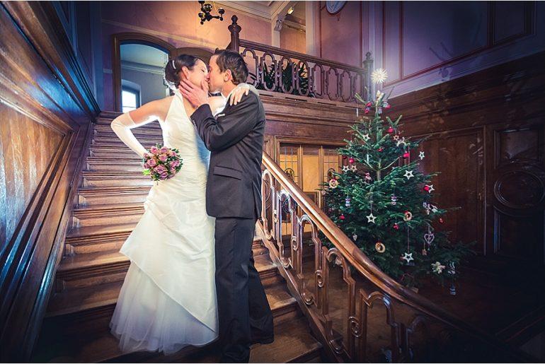Heiraten in Cottbus inmitten eines Weihnachtsbaumes.